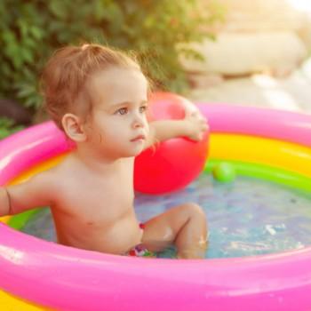 niña piscina inflable